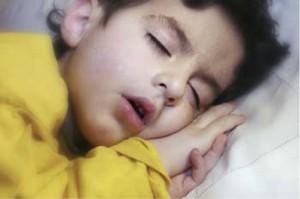 Niño dormido con la boca abierta